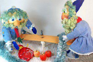 Дед морозы на качелях